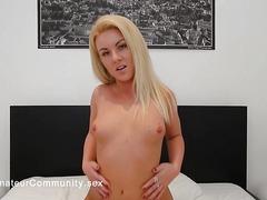 Webcam gal fingering herself hard
