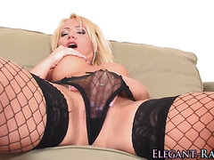 Glam babe solo toying